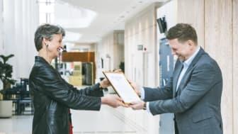 Kungl. Musikhögskolans rektor Helena Wessman överlämnar ett certifikat till Kvarnbyskolans rektor Robert Staby som visar att skolan uppfyllt Libravoice modell för att utveckla sin musikundervisning.