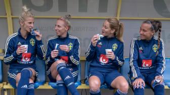 Swebar är officiell samarbetspartner åt dam- och herrlandslaget i fotboll och stöttar även fotbollsföreningarna ekonomiskt. Här återhämtar sig landslagsstjärnorna Sofia Jakobsson, Sandra Adolfsson, Mia Carlsson och Julia Zigiotti Olme med Swebars.