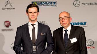 Josha Kneiber (l.), Business Development Innercity/Elektromobilität bei BPW, und Werner Bicker, Mitglied der Geschäftsleitung beim ETM Verlag, bei der Preisübergabe (Quelle: Thomas Küppers)