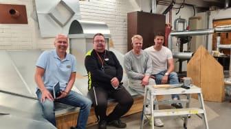 Den här kvartetten gläds över att rekryteringsutbildningen för plåtslagarbranschen blivit en hit. Från vänster: Leif Pääjärvi, Utbildningsstrateg, Velu Koivuranta, Atso Pasma, båda lärare på utbildningen och Mattias Söder, Utbildningschef.