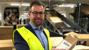 Pressesjef John Eckhoff i Posten er forberedt på mange pakker i november og desember. FOTO: Posten