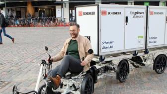 """Muharrem Demirok (c), kommunalråd i Linköping är förtjust över den nya cykellösningen i staden. """"Vi ska göra vad vi kan för att satsningen ska lyckas"""", säger han."""