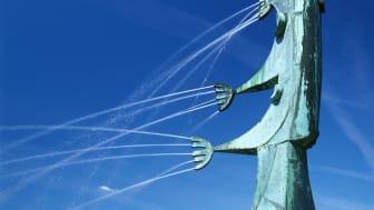 Skulpturen Laxen går upp av Walter Bengtsson