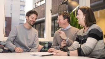 Forsker Rasmus Kleppe, Robert Ullmann, daglig leder i Kanvas, og Mette Tollefsrud, instituttleder ved barnehagelærerutdanningen HiOA, er godt fornøyde med å signere avtalen om en delt forskerstilling.