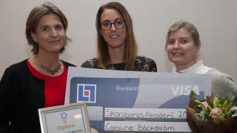 Caroline Bäckström fick  Skaraborgs Akademis pris för årets doktorsavhandling vid Högskolan i Skövde. Här tillsammans med Pernilla Östberg Nilsson, HR-chef länsförsäkringar Skaraborg och Jessica Lindblom från Högskolan i Skövdes fakultetsnämnd.