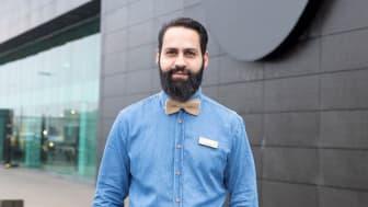 Butikschefen Ibrahim Abou-Dalal ser frem til at byde kunder velkommen i et helt nyrenoveret bolighus til en Grand Opening-weekend.