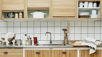 Banér har en glat falset låge - en af de ældste i Kvänums produktion. Den er her vist i elm med en hvid forramme og overskabe med rullejalousi. Ægte 1960' - start 70'er inspiration.