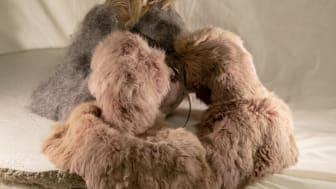 Dockan – en tunn strimma av hår, av Jennifer Spångerud. Material: plast, textil, hår, päls, metall och betong.