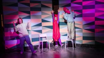 Oskar Stenström, Elin Norin och Sanne Ahlqvist Boltes i en föreställning för den yngsta publiken. Fotograf: Emmalisa Pauly.