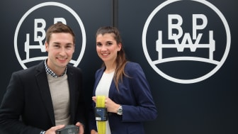 Junge Innovatoren: Katharina Kermelk, Produktmanagerin für den iGurt, und Alexander Lutze, Leiter des BPW Innovation Labs, mit dem CargoTracer.