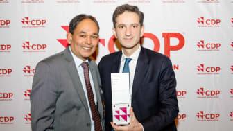 MOTTOK PRIS. Sopra Steria-lederne Xavier Hürstel og Siva Niranjan tok imot CDP-prisen på rådhuset i Brüssel i slutten av februar.