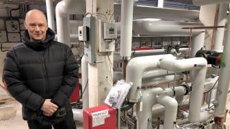 Jonas Pettersson, VVS ingenjör, Piteå kommun, bredvid den nya returvärmeväxlaren som är installerad i Öjeby sport och simhall.  Foto: Halldo Lundgren