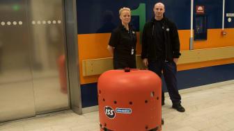 Madelene Moritz och Brook Cresswell, ISS, är certifierade robotförare och får köra Sveriges första smarta städrobot i sjukhusmiljö.