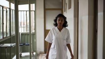 Tizeta Teshome arbetar som sjuksköterska på en hjärtklinik i Etiopien, ett av Swedfunds portföljbolag.