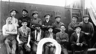 Mannskapet på Dampskipet Matti, fotografert i 1915. Skipet var da eid av G.M. Bryde i Kristiania. I 1917 ble Matti torpedert av en tysk ubåt. Tre mennesker mistet livet. Foto: Norsk Maritimt Museum, NSM.B003088.