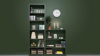 Vägg och bokhylla är målad i den gröna kulören Blad 834.