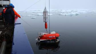 En spesialbygget, fjernstyrt undervannsfarkost sjøsettes fra den tyske isbryteren «Polarstern» i Aurora-området i 2014. (Foto: Chris German, WHOI)