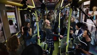 Ny musik från Zara Larsson – inspelad på elbussen i Göteborg