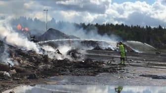 Släckningsarbete vid brännbart avfall på Lilla Nyby i Eskilstuna vid lunchtid den 4 augusti 2017