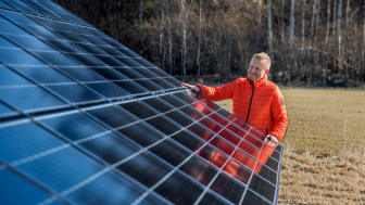 Harald Britting, fastighetschef på Swedbank inspekterar bankens första solcellspark. Foto: Jann Lipka