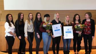 Domarna Märta Jiris, styrelseledamot Södertälje Centrumförening och Hanna Klingborg, Ordförande Hållbarhetsutskottet (Mp), Södertälje kommun tillsammans med lagen Cellers och Softa jordgubbar.