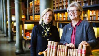 Kathrin Flossing, rikdagsdirektör vid Riksdagsförvaltningen och riksbibliotekarie Gunilla Herdenberg i Kungliga bibliotekets stora läsesal. Foto: Caroline Tibell
