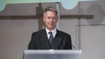Niclas Svenningsen, leder for strategi- og relasjonsstyringsenheten i UNFCCCs sekretariat, holder foredrag under Åpningskonferansen på Bygg Reis Deg 2017.