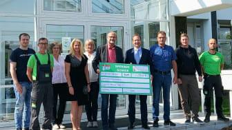 Geschäftsführer F. Sallowsky übergibt den Spendenscheck an Freiherr H. von Erffa, Vorstandsvorsitzender des Bärenherz e.V.