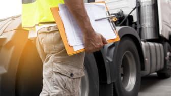 Skolverket noterar brister i den kommunal vuxenutbildningen till lastbilsförare. Foto: Adobe Stock