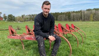 Filip Eriksson i Flen är en av flera tusen lantbrukare som säljer på Klaravik, där försäljningen av lantbruksmaskiner fortsätter att öka.