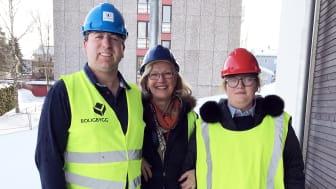 Gleder seg til å flytte inn: Peder Godager og Linn Schøyen skal få flytte inn i hver sin nye leilighet i Røahagen 1. Peders mor, Lise Godager gleder seg også over å se hvor fint det blir.