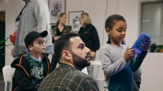 Massive startar ett samarbete med Fryshuset i Malmö. På bilden Yousef Nouri från Massive Entertainment med barn på Fryshuset i Malmö.