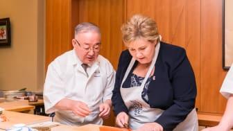 Statsminister Erna Solberg lager laksesushi i Japan