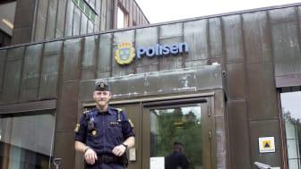 Polisen Emil Nejström, utanför polishuset i Tumba