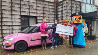 Jens Kahlow und das Center-Maskottchen übergaben die Spende und die Geschenke vor dem Kinderhospiz Bärenherz