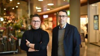 Nå lanserer Telenor en helt ny digitaliseringstjeneste. Kai Gulbrandsen (til høyre) i Princess-kjeden er pilotkunde. Her sammen med Steffan Thorvaldsen fra Telenor. Foto: Martin Fjellanger.