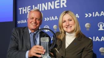 """Barb Samardzich, Vicepresident for produktutvikling, Ford of Europe og Pieter Wieman, styreformann av den internasjonale """"Van of the Year"""" juryen"""