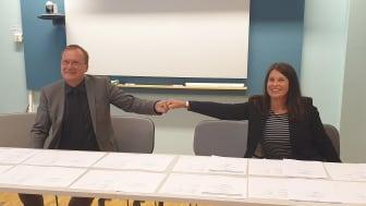Vid signeringsbordet Jonas Arvidsson, Vd på ONE Nordic och Annika Viklund, Vd, Vattenfall Eldistribution AB.