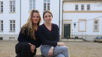 Charlotte und Tamara gehören der Begrüßungsgilde an und führen Besucher über das Internatsgelände
