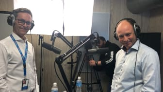 Stein Vidar Loftås og Guttorm Christensen i studio under opptak av podcast. (Foto: Audhild Dahlstrøm/SpareBank 1 Nord-Norge)