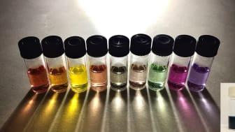 Polymerprickarna i den svarta lösningen (infälld bild) kan absorbera mer ljus och visar upp bättre fotokatalytiska egenskaper än de enkla polymerprickarna i de färgade lösningarna. Foto: P-Cat