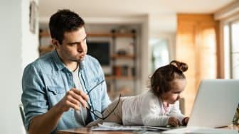 Homeoffice und Kinderbetreuung: Arbeitnehmer müssen momentan viele Herausforderungen bewältigen. Foto: Drazen Zigic, iStock