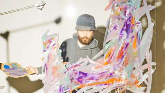 Her ses den autodidakte billedkunstner Paul McNulty, der udstiller sit værk i IKEA Gentofte.