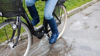 Regnöverdraget går snabbt att sätta på benen och den smarta designen gör att du kan cykla i dina vanliga skor.