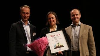 På bilden från vänster: Leif Karlson, AkzoNobel, pristagaren Mariagracia Marucci, Staffan Asplund, AkzoNobel. Fotograf: Jonatan Bergek, Chalmers