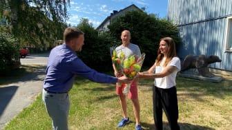 Lulebos VD Erik Öhrling överlämnar blommor till Peter Andersson och Cecilia Lindh.
