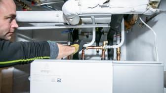 Markus Loostrand i Energico monterer væske-til-vann-varmepumpe_