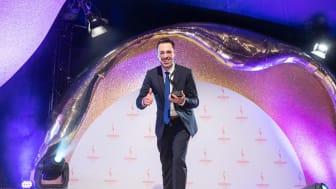 Alexander Hohaus vom Personalmarketing der apoBank nimmt die Auszeichnung entgegen. Foto: Laurin Schmid/ Quadriga