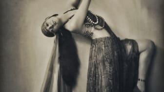 Man blir fascinerad bara av att se på henne skrev en journalist för 100 år sedan. På bilden ser vi Carina Ari i Anitras dans.
