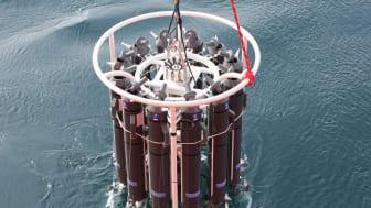 En prøvetakingsrosett med 12 flasker blir senket ned i sjøen for å ta vannprøver.  (Foto: Robert Sherrell, Rutgers University)